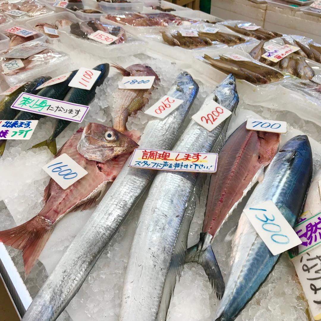 道の駅笠岡ベイファーム。鮮魚売り場。 市場の魚屋さん?? 生簀には...