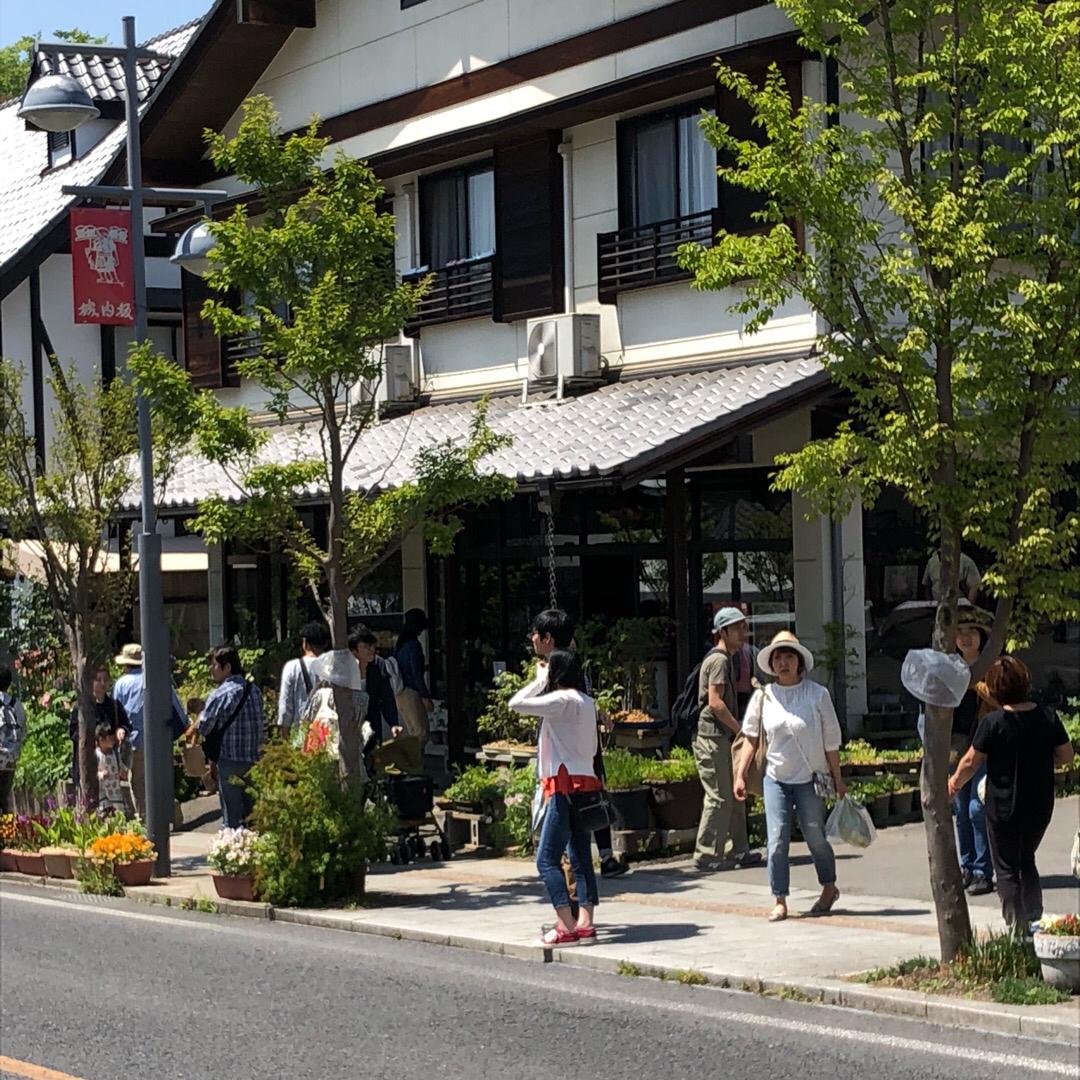 益子の街並み 普段はこんな感じの陶器やさんが 立ち並ぶ綺麗な街並みです。