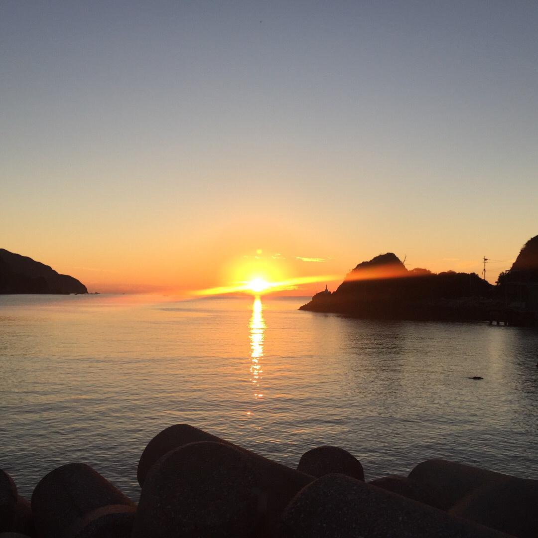 下天草で夕日を見るならここ 夕日の少し右、陸から上に突き出ているの...