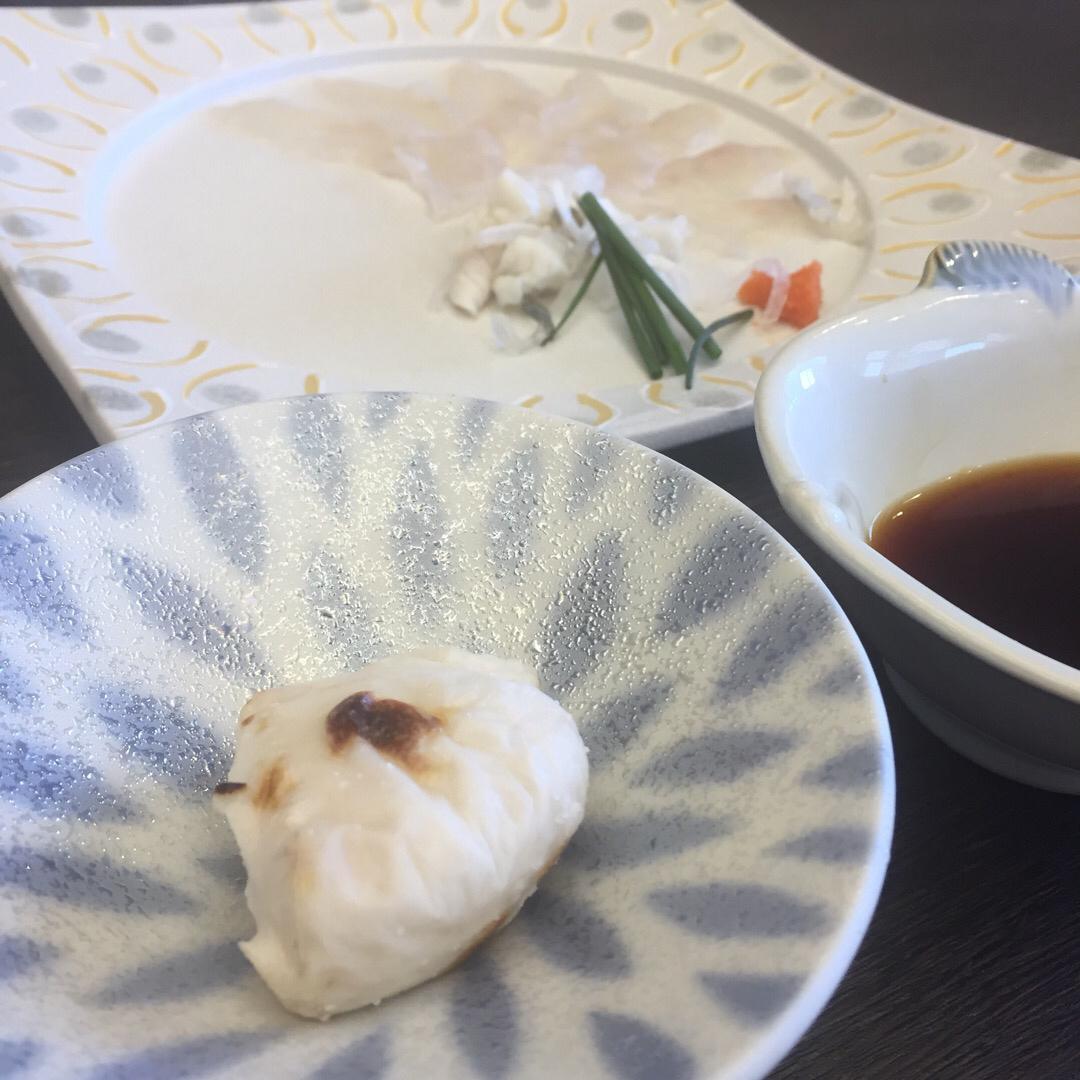 日間賀島でふぐを食す。手前は焼き白子。初めてのふぐの白子は美味すぎ...